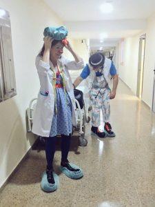 Payaso de hospital preparándose para entrar a quirófano