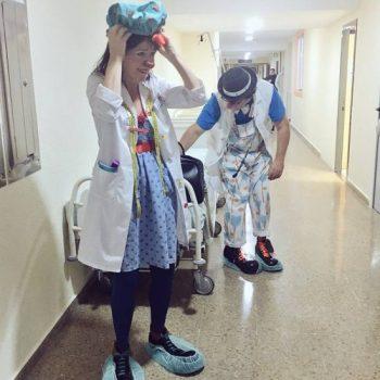 Payaso de hospital preparándose para quirófano